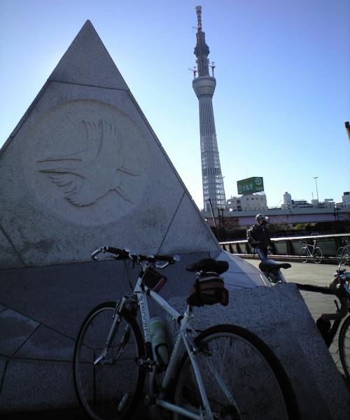 東京スカイツリーと自転車