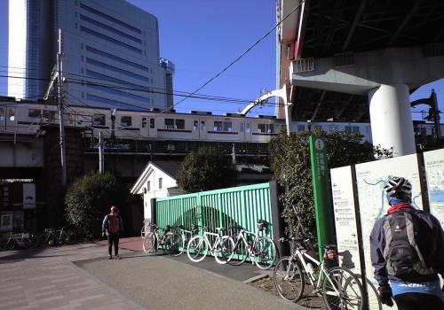 電車や車が上で人間が下